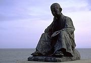 Fotografia de autor. wikimedia commons - Statue of Ishikawa Takuboku in Hakodate, Hokkaido, Japan