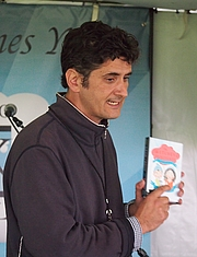 "Foto do autor. reading at the Gaithersburg Book Festival By Slowking4 - Own work, GFDL 1.2, <a href=""//commons.wikimedia.org/w/index.php?curid=48948362"" rel=""nofollow"" target=""_top"">https://commons.wikimedia.org/w/index.php?curid=48948362</a>"
