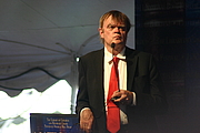 "Foto del autor. Garrison Keillor Poetry Reading Taken at the 2011 National Book Festival in Washington DC. Photo by ideonexus. By Ryan Somma - <a href=""https://www.flickr.com/photos/ideonexus/6190507095"" rel=""nofollow"" target=""_top"">https://www.flickr.com/photos/ideonexus/6190507095</a>, CC BY 2.0, <a href=""https://commons.wikimedia.org/w/index.php?curid=33740478"" rel=""nofollow"" target=""_top"">https://commons.wikimedia.org/w/index.php?curid=33740478</a>"