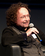 """Fotografia de autor. Bernhard Hennen during a literary reading at the first annual convention of the Phantastik-Autoren-Netzwerk PAN in Cologne, 2016. By DianeAnna - Own work, CC BY-SA 4.0, <a href=""""//commons.wikimedia.org/w/index.php?curid=52353304"""" rel=""""nofollow"""" target=""""_top"""">https://commons.wikimedia.org/w/index.php?curid=52353304</a>"""