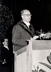 Foto auteur. Joseph-François Angelloz en 1950 lors de sa prose de fonction en tant que recteur de l'université de la Sarre