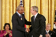 Forfatter foto. President George W. Bush presents the Presidential Medal of Freedom to baseball legend Frank Robinson in the East Room Wednesday, Nov. 9, 2005. White House photo by Paul Morse (whitehouse.gov)