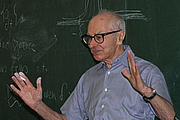 """Foto de l'autor. Professor Serge Lang lecturing for Math Club at the Louisiana State University in Baton Rouge, Louisiana, on March 8, 2004. Photograph by Bogdan Oporowski. By The original uploader was Bogdan Oporowski at English Wikipedia. - Transferred from en.wikipedia to Commons., CC BY-SA 3.0, <a href=""""//commons.wikimedia.org/w/index.php?curid=2267583"""" rel=""""nofollow"""" target=""""_top"""">https://commons.wikimedia.org/w/index.php?curid=2267583</a>"""