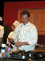 Forfatter foto. Bobby Flay performing a cooking demonstration in Green Bay, Wisconsin by Larkworb