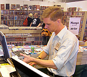"""Foto del autor. Johan Frick (1965–2015) i Science Fiction-bokhandelns monter på Bokmässan. 2009-09-24. By Gunnar Creutz - Own work, CC BY-SA 4.0, <a href=""""https://commons.wikimedia.org/w/index.php?curid=41786081"""" rel=""""nofollow"""" target=""""_top"""">https://commons.wikimedia.org/w/index.php?curid=41786081</a>"""