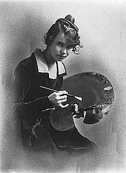 Fotografia de autor. Wanda Gag holding artist's palette, 1916-1917.