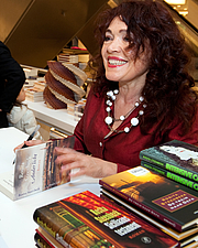 Fotografia de autor. Rosita Steenbeek at a book signing in 2010 [credit: Jos van Zetten from Amsterdam, the Netherlands; copied from Wikipedia]
