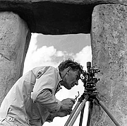 "Foto auteur. Professor Richard Atkinson surveying Stonehenge with a theodolite in 1958 (Photograph by R J C Atkinson 1958). Found <a href=""http://viewfinder.english-heritage.org.uk/search/reference.aspx?uid=108891&index=0&form=advanced&who=Atkinson"" rel=""nofollow"" target=""_top"">here</a>."