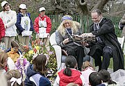 """Forfatter foto. Authors Mary Pope Osborne and her husband Will Osborne read aloud to an ethusiastic crowd of young readers from her book, """"American Tall Tales,"""" Monday, April 9, 2007, during the 2007 White House Easter Egg Roll on the South Lawn. (whitehouse.gov)"""