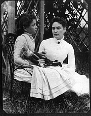 Författarporträtt. Photograph of Helen Keller at age 8 with her tutor Anne Sullivan on vacation in Brewster, Cape Cod, Massachusetts by a Family member of Thaxter P. Spencer