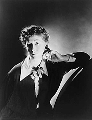 Forfatter foto. Marianne Moore (1887-1972)<br> Photographed by George Platt Lynes, circa 1935 <br>(Library of Congress Prints and Photographs Division, <br>Reproduction Number: LC-USZ62-101955)