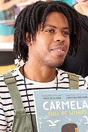 """Foto de l'autor. Illustrator Christian Robinson at the 2018 Texas Book Festival in Austin, Texas, United States. By Larry D. Moore - Own work, CC BY-SA 4.0, <a href=""""https://commons.wikimedia.org/w/index.php?curid=73935781"""" rel=""""nofollow"""" target=""""_top"""">https://commons.wikimedia.org/w/index.php?curid=73935781</a>"""