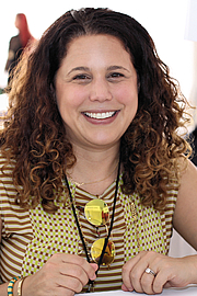 """Kirjailijan kuva. Journalist Amy Chozick at the 2018 Texas Book Festival in Austin, Texas, United States. By Larry D. Moore - Own work, CC BY-SA 4.0, <a href=""""https://commons.wikimedia.org/w/index.php?curid=74065996"""" rel=""""nofollow"""" target=""""_top"""">https://commons.wikimedia.org/w/index.php?curid=74065996</a>"""