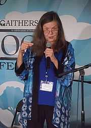"""Foto de l'autor. Sheila Turnage reading at the 2017 Gaithersburg Book Festival By Slowking4 - Own work, GFDL 1.2, <a href=""""//commons.wikimedia.org/w/index.php?curid=59127467"""" rel=""""nofollow"""" target=""""_top"""">https://commons.wikimedia.org/w/index.php?curid=59127467</a>"""