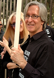 "Foto de l'autor. American filmmaker and screenwriter Mick Garris during the 2007 WGA strike. By Damon D'Amato from I live in North Hollywood, Calfornia - <a href=""http://www.flickr.com/photos/10629464@N08/2071180862/"" rel=""nofollow"" target=""_top"">http://www.flickr.com/photos/10629464@N08/2071180862/</a>, CC BY 2.0, <a href=""https://commons.wikimedia.org/w/index.php?curid=3187705"" rel=""nofollow"" target=""_top"">https://commons.wikimedia.org/w/index.php?curid=3187705</a>"