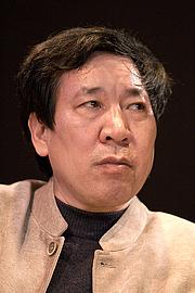 Kirjailijan kuva. L'auteur Yan Lianke au Salon du livre de Paris lors du débat Briser les conventions littéraires.