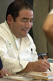 Forfatter foto. (by Spc. Leah R. Burton) Celebrity chef Emeril Lagasse signs his cookbooks and interacts with fans during a book signing at the Fort Lewis, Washington. (www4.army.mil)