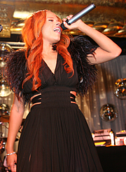 Forfatter foto. Faith Evans performing in 2005. Attribution: Timothy M. Moore