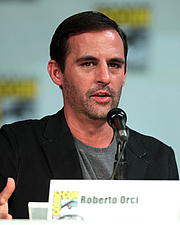 """Författarporträtt. Roberto Orci speaking at the 2014 San Diego Comic-Con International in San Diego, California. By Gage Skidmore, CC BY-SA 3.0, <a href=""""//commons.wikimedia.org/w/index.php?curid=58197738"""" rel=""""nofollow"""" target=""""_top"""">https://commons.wikimedia.org/w/index.php?curid=58197738</a>"""