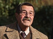 Kirjailijan kuva. German writer Günter Grass arrives at Günter Grass-Haus, a museum in Luebeck, Germany, for his 80th birthday celebration on Oct. 27, 2007.