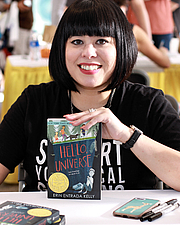 """Fotografia de autor. Author Erin Entrada Kelly at the 2018 Texas Book Festival in Austin, Texas, United States. By Larry D. Moore, CC BY-SA 4.0, <a href=""""https://commons.wikimedia.org/w/index.php?curid=74451275"""" rel=""""nofollow"""" target=""""_top"""">https://commons.wikimedia.org/w/index.php?curid=74451275</a>"""
