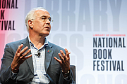 """Foto do autor. David Brooks speaks with David Rubenstein on the National Book Festival Main Stage, August 31, 2019. Photo by Shawn Miller/Library of Congress By Library of Congress Life - 20190831SM0850.jpg, CC0, <a href=""""https://commons.wikimedia.org/w/index.php?curid=82899285"""" rel=""""nofollow"""" target=""""_top"""">https://commons.wikimedia.org/w/index.php?curid=82899285</a>"""