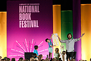 """Fotografia de autor. Adam Rubin gives a presentation on the Children's Purple Stage at the National Book Festival, August 31, 2019. Photo by Edmond Joe/For the Library of Congress. By Library of Congress Life - 20190831EJ0388.jpg, CC0, <a href=""""https://commons.wikimedia.org/w/index.php?curid=82899194"""" rel=""""nofollow"""" target=""""_top"""">https://commons.wikimedia.org/w/index.php?curid=82899194</a>"""