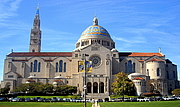"""Fotografia de autor. The Basilica of the National Shrine of the Immaculate Conception located next to The Catholic University of America campus in Washington, D.C. By AgnosticPreachersKid - Own work, CC BY-SA 3.0, <a href=""""https://commons.wikimedia.org/w/index.php?curid=7446061"""" rel=""""nofollow"""" target=""""_top"""">https://commons.wikimedia.org/w/index.php?curid=7446061</a>"""
