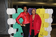 """Fotografia de autor. Rachel Renée Russell and Nikki Russell 2018 National Book Festival By Gamaliel - Own work, CC BY-SA 4.0, <a href=""""https://commons.wikimedia.org/w/index.php?curid=72320955"""" rel=""""nofollow"""" target=""""_top"""">https://commons.wikimedia.org/w/index.php?curid=72320955</a>"""