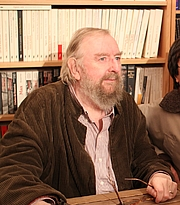 """Foto do autor. Michael Moorcock à la librairie Charybde, Paris, France, le 14/10/2012 By Rmdolhen - Own work, CC BY-SA 3.0, <a href=""""https://commons.wikimedia.org/w/index.php?curid=22073486"""" rel=""""nofollow"""" target=""""_top"""">https://commons.wikimedia.org/w/index.php?curid=22073486</a>"""