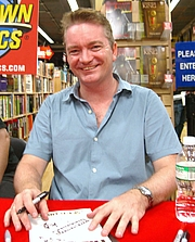 """Foto do autor. Artist Mike Perkins at the September 10, 2008 midnight signing of The Dark Tower: Treachery and The Stand: Captain Trips at Midtown Comics in Times Square, New York. This photo was created by Luigi Novi. By Luigi Novi, CC BY 3.0, <a href=""""//commons.wikimedia.org/w/index.php?curid=19126902"""" rel=""""nofollow"""" target=""""_top"""">https://commons.wikimedia.org/w/index.php?curid=19126902</a>"""