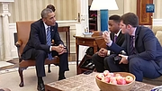 Foto de l'autor. Humans of New York photographer Brandon Stanton, Mott Hall Bridges Academy principal Nadia Lopez, and 13-year-old student Vidal Chastanet interview President Obama in the Oval Office.