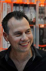 "Foto de l'autor. Sebastian Fitzek auf der Leipziger Buchmesse 2017 By Jonas Rogowski - Own work, CC BY-SA 4.0, <a href=""https://commons.wikimedia.org/w/index.php?curid=57444372"" rel=""nofollow"" target=""_top"">https://commons.wikimedia.org/w/index.php?curid=57444372</a>"