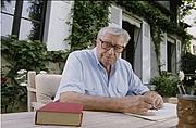 Fotografia dell'autore. Henri Troyat en 1994 dans sa maison de campagne