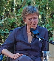 "Forfatter foto. Helen Garner at Adelaide Writer's Week By Michael Coghlan - <a href=""https://www.flickr.com/photos/mikecogh/16642539190/"" rel=""nofollow"" target=""_top"">https://www.flickr.com/photos/mikecogh/16642539190/</a>, CC BY-SA 2.0, <a href=""https://commons.wikimedia.org/w/index.php?curid=62681310"" rel=""nofollow"" target=""_top"">https://commons.wikimedia.org/w/index.php?curid=62681310</a>"