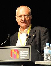 Fotografia de autor. Speaking at 2010 Global Atheist Convention. Credit: Wikipedia author Barrylb.