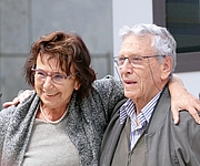 """Fotografia de autor. German author and translator Mirjam Pressler and the Israeli author Amos Oz. Mirjam Pressler gets the """"price of Leipzig book fair"""" for her translation of the novel """"Judas"""" by Amos Oz. By Amrei-Marie - Own work, CC BY-SA 4.0, <a href=""""https://commons.wikimedia.org/w/index.php?curid=39174206"""" rel=""""nofollow"""" target=""""_top"""">https://commons.wikimedia.org/w/index.php?curid=39174206</a>"""