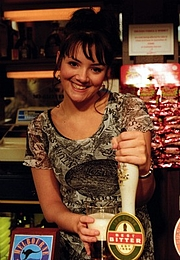 Forfatter foto. Wikipedia, Martine McCutcheon as Tiffany Mitchell in the BBC One EastEnders episode broadcast on the year 1998