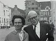 Forfatter foto. Jo en Tineke Spier, Zaadmarkt, Zutphen, Netherlands in 1964