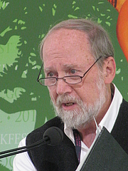 """Fotografia de autor. Stephen Dunn at the 2012 National Book Festival By Slowking4 - Own work, GFDL 1.2, <a href=""""https://commons.wikimedia.org/w/index.php?curid=21582358"""" rel=""""nofollow"""" target=""""_top"""">https://commons.wikimedia.org/w/index.php?curid=21582358</a>"""