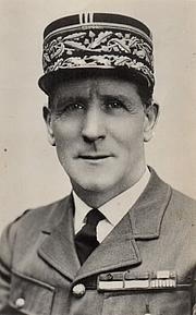 Autoren-Bild. Le Général Pierre Keller en tenue de service du modèle 1931 avec képi brodé à double rangée de broderies. Il porte les rubans de décorations, dont Officier de la Légion d'Honneur
