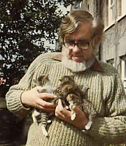 Fotografia de autor. Robert Westall and kittens/from author's homepage.