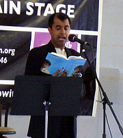 Foto de l'autor. Reading aloud at the Brooklyn Book Festival 2009, photo by Lampbane