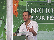 """Foto de l'autor. Justin Torres at the 2012 National Book Festival By Slowking4 - Own work, GFDL 1.2, <a href=""""https://commons.wikimedia.org/w/index.php?curid=21582169"""" rel=""""nofollow"""" target=""""_top"""">https://commons.wikimedia.org/w/index.php?curid=21582169</a>"""