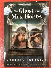 The Ghost and Mrs. Hobbs af Cynthia Defelice